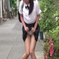 女の子がおしっこをお漏らししながら内股で歩いてる