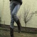 外国人女性がジーンズ履いたままおしっこしますよ