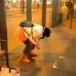中腰状態で放尿する外人女性