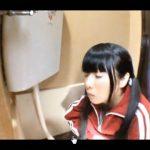 ジャージ姿のパイパン女子校生の和式トイレ放尿【無修正】