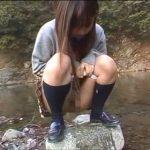 かわいい女子校生が河原で野外放尿してるぞ