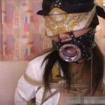 目隠しに開口器を装着した女がパンティーのままお漏らし