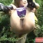 野外放尿中に背後から抱え上げられてオマンコ丸見えな女の子