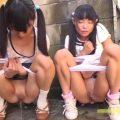 路地裏でロリ少女2人を誑かしておしっこさせる変態おじさん