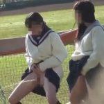 女子校生の野外放尿、連れションすれば怖くない