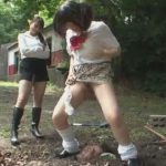 土に生き埋めにした男の顔面に放尿するドSな女子校生