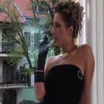 おしっこした後に煙草で一服する外国のポルノ女優【無修正】
