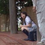 野外放尿をしたのをオジサンに見つかり悪戯された女子校生