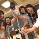 女子校生と女教師から強制飲尿させられる新任教師