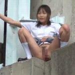 田舎には公衆トイレなんて無いから女子校生は野外放尿するしかない