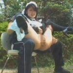 メイドさんを開脚させて膝に乗せオシッコさせる変態ご主人様