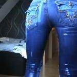 外人娘がジーンズ履いたままオシッコお漏らししてテッカテカになってる