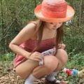 ロリ少女が林の中でこっそり野外放尿