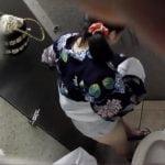 夏祭りの夜に浴衣でトイレにやって来た女の子の放尿シーンを激撮