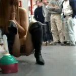 大勢の見物人が見てる中でディルドオナニーと放尿を披露する羞恥露出プレイ