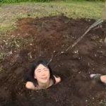 身体を土に埋められ降り注ぐオシッコを浴尿しまくる肉便器女【星川麻紀】