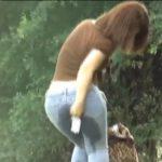 野外でデニムを履いたままおしっこを漏らす女達