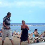ビーチで立ちションするクレイジーな外国のオバチャン