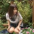 鍵が無くて家に入れず庭で放尿する女子校生