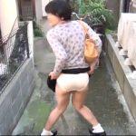 おしっこ我慢中の女がパンツを見せてくれてます
