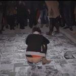 芸術なのか?敷き詰めた紙に放尿する人達