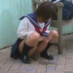 セーラー服女子校生の野外放尿