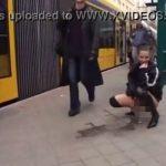 さすが外国!通行人の通る前で堂々と放尿する女