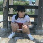 ブルマの女の子が公園でこそっと放尿
