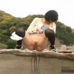 海岸の岩場で野外放尿する女の子
