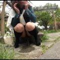 野外放尿を見せてくれる露出狂のノーパン女