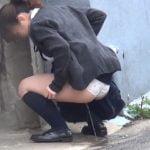 街中の至る所でお漏らしする女子校生