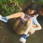 少女の両膝を抱えておしっこするお手伝いをしてあげるロリコンの変態おじさん