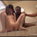黒人に命令されてお風呂でオシッコさせられるロリ少女