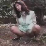 エロい顔つきで野外放尿する熟女