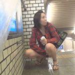 罰ゲームで駅の構内で放尿させられる女の子【無修正】