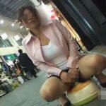 人が行き交う商店街の真ん中でオマルに野外放尿する変態女