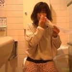 便器に座ってトイレ中に何気に鼻を穿ってる女の子【無修正】