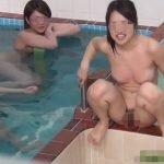 大浴場ではしゃぎながらオシッコ見せびらかす女の子達【無修正】