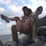 パイパンロリ少女の膝を抱えて野ションするのをサポート