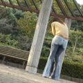 公園でお姉さんがジーンズお漏らし