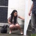 野外放尿してたら人が来て、見つかって注意される悲惨な女