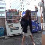 路上で立ったまま放尿する変態お姉さん