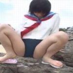 女子校生がブルマ履いたまま野外放尿