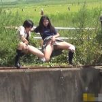 下校途中に野外で連れションするのがいつもの日常な女子校生たち【無修正】