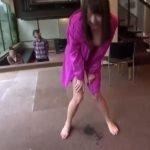露出プレイ中の女の子がホテルのロビーでオシッコしたんだけど・・・良いんですか!