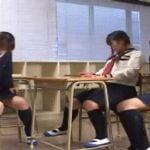 女子校生が友達とお喋り中に驚いた拍子にオシッコお漏らし