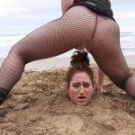 砂浜に埋められて頭からのオシッコぶかっけプレイに、成す術無し☆彡
