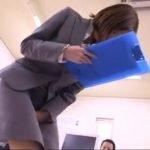 業務報告中のキャリアウーマンがオシッコ失禁