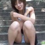 女の子が石段に座ってパンティーお漏らし・・・濡れたパンティーは脱ぎ捨てちゃった
